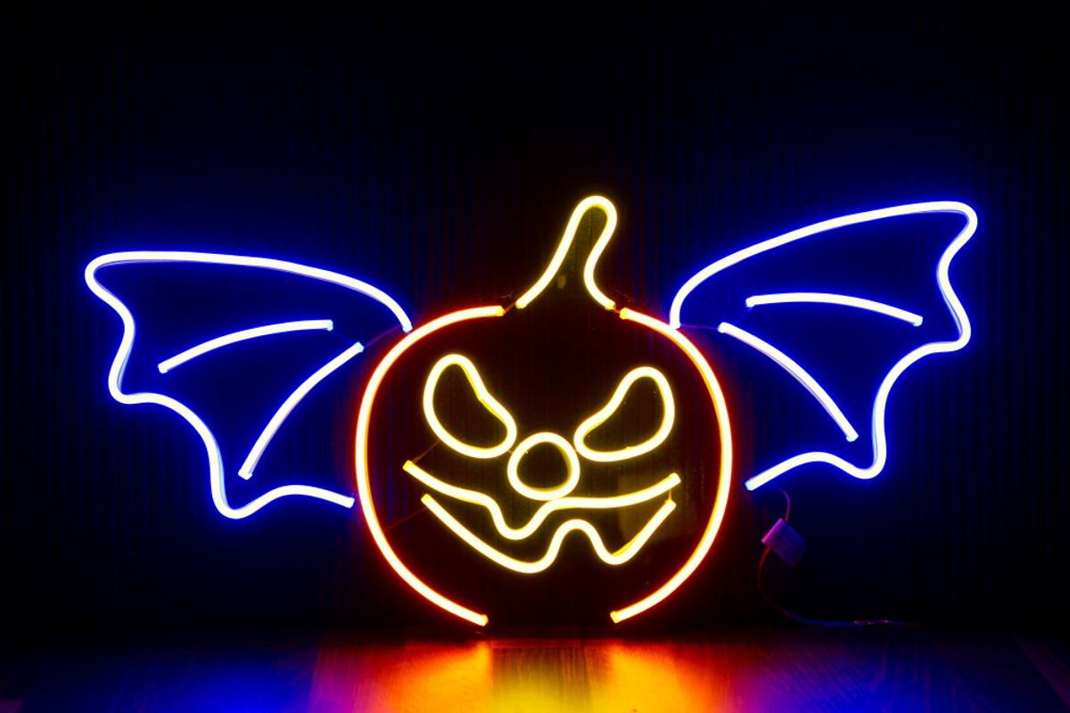 Flaggermus og gresskar 65x33 cm neon på acryl. Halloween
